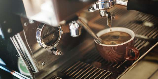 Presszógépből kifolyó kávéval vetekszik a DXN kávé